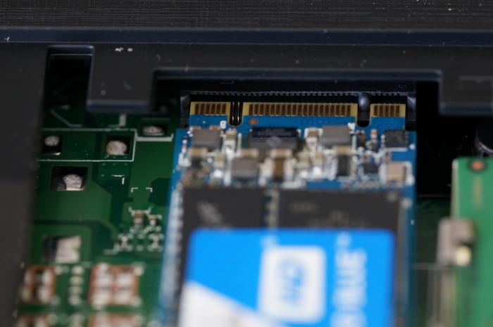 M.2 SSDを完全にインタフェースに取り付けます